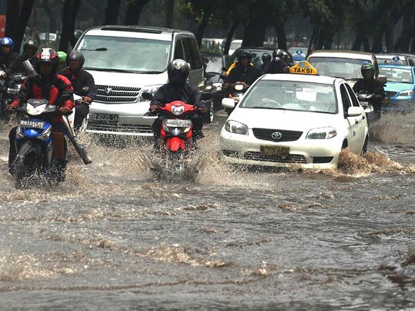 Sejumlah pengendara menerjang air yang menggenangi jalan Jenderal Sudirman, Jakarta,  Jakarta, Senin (3/11).